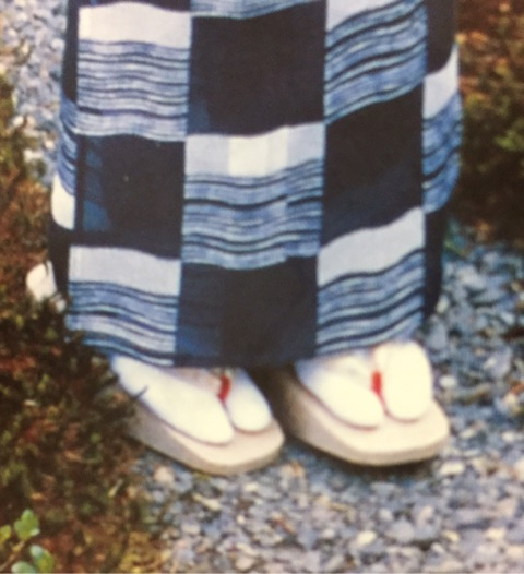 白い足袋に白木の下駄。赤いツボ