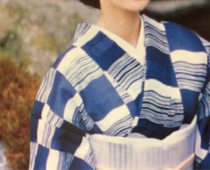 夏きものの襟元から除く白い半衿