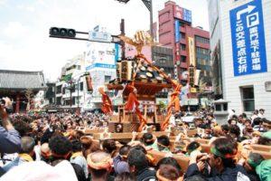 浅草 三社祭でたくさんの人に担がれる立派なお神輿